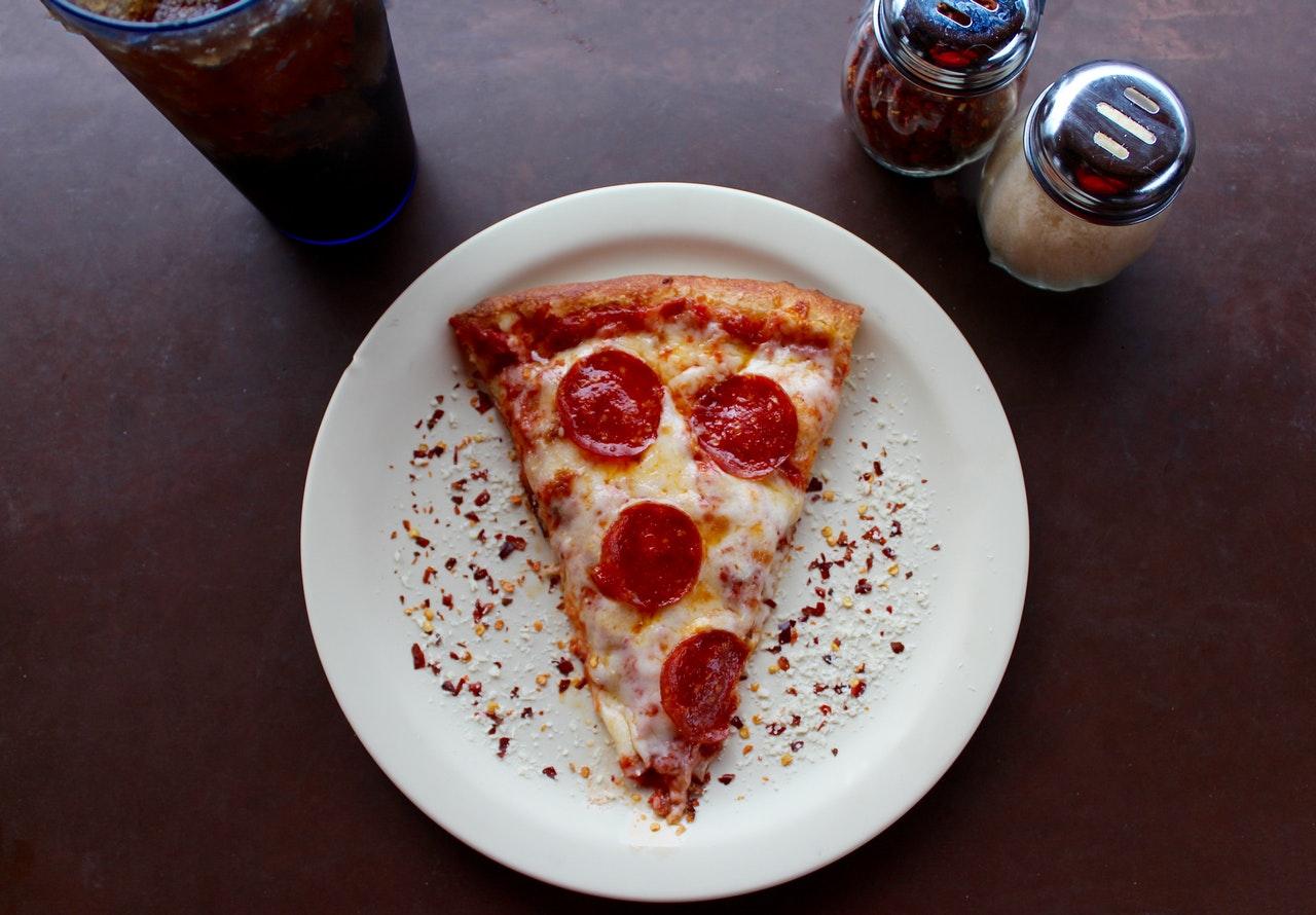 Kawałek pizzy na talerzu